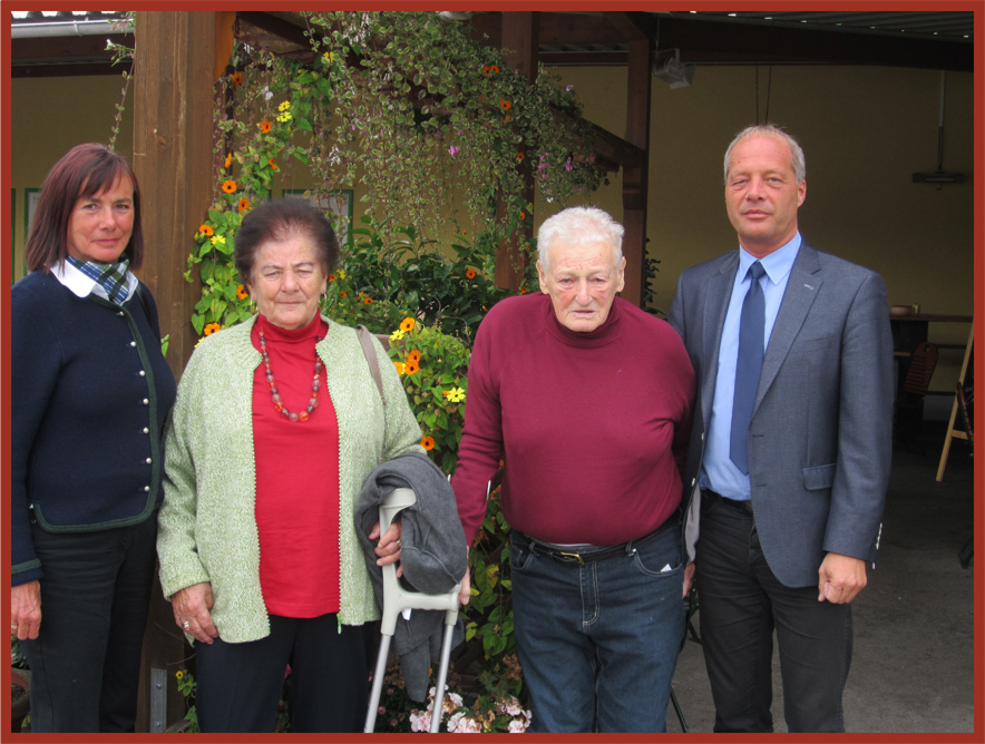 Gratulation Herbert Kargl zum 90. Geburtstag.  Vl: GR Helga Eckel, Hilda Kargl, Herbert Kargl, Vizebgm. Andreas Klos